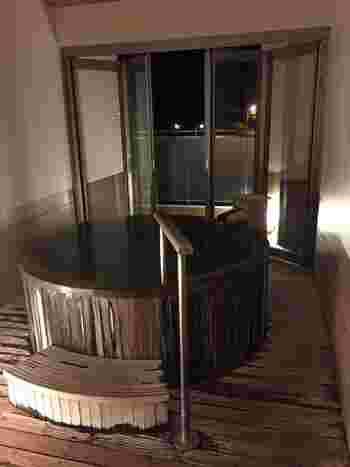 比較的お手頃な価格で利用可能な貸切風呂は、日帰りでも利用できるそう。25mの本格的な温水プールやペットと一緒に泊まれるお部屋もあり、みんなが笑顔になれるホテルとして人気があります。