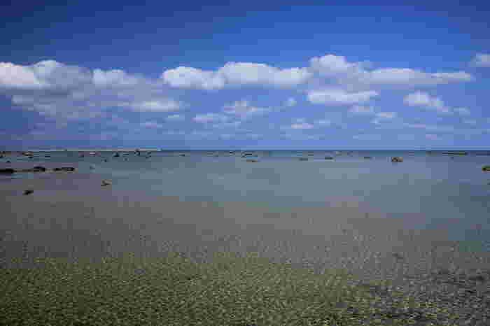 透き通る遠浅の海に、巨岩が点在する独特の風貌を持つ佐和田の浜は、宮古島近郊にある伊良部島に位置しています。「日本の渚・100選」にも選定されている佐和田の浜は、宮古島エリアを代表する景勝地の一つとなっています。