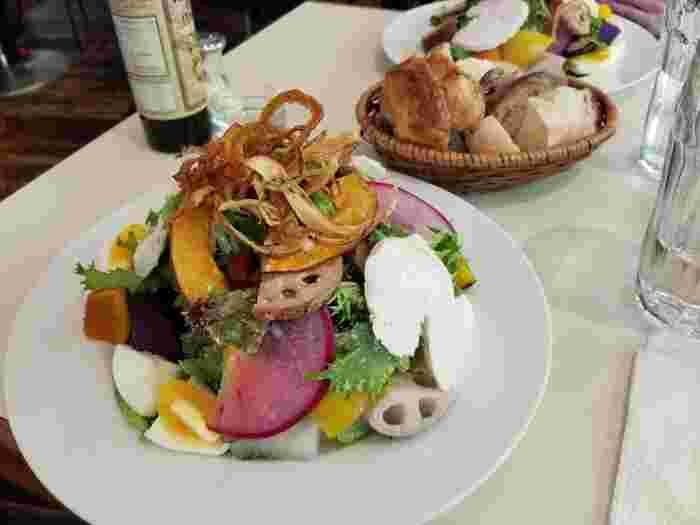 ランチセットは全6種類で、こちらの「元気野菜と大地の恵のパワーサラダ」は、カラフルなオーガニック野菜がたっぷり。サラダがメインでもしっかりと満足できる、野菜好きには堪らないランチです。