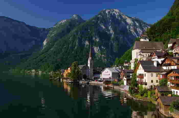 「ハルシュタット」は「世界の湖畔で最も美しい」と賞賛される街。湖の透明度が高く、水面には立ち並ぶ家々が映し出され、素晴らしい眺めです。その美しい景観から世界遺産にも登録されています。湖の向こう岸には駅があり、渡し船が。船にのって湖の上から絶景を楽しむのもおススメです。