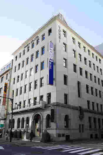 銀座一丁目駅からほど近い銀座2丁目にある「ヨネイビル」は、1930年竣工。機械・資材等の輸出入を行う米井商店(現・株式会社ヨネイ)の本社ビルです。  1階部分と1階上部のバルコニーが当時のまま保存され、その貴重さから、都選定歴史的建造物に指定されています。