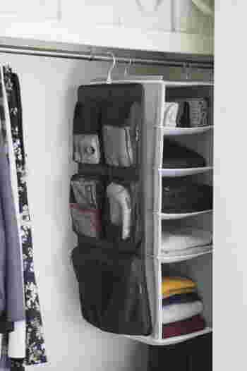 お出かけ用のハンカチやティッシュもまとめて収納。衣類のケアに使うブラシや毛玉クリーナーなどを一緒に入れておくこともできて便利です。スリムなのに大容量!ファスナーがあるからこぼれ落ちる心配も無用。クローゼットの整頓もはかどりそうです。