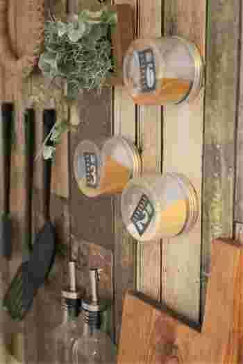 ビンのふたにマグネットをつければ、調味料もこの通り。磁石なので取り外しも簡単ですね。