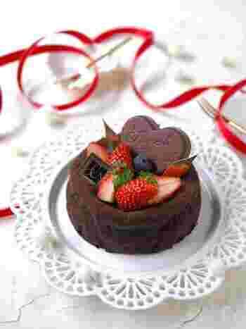 こちら、粉類を使わずに作れる低糖質のチョコレートケーキです。見た目からはわからない本格的な仕上がり!混ぜて焼くだけで、とっても簡単にできるのも魅力です♪