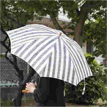 メイドインジャパンにこだわり、東京の下町の職人さんによって手作業で作られている「SUR MER(シュールメール)」の日傘。涼しげな見た目の麻100%の日傘で、生地には紫外線防止加工が施されています。