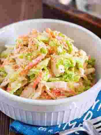 お箸がどんどんと進むサラダのレシピ。味付けには、マヨネーズ&ごまをメインに使って、老若男女問わず親しみやすい味わいに仕上げています。 冷蔵庫で2~3日日持ちするので、作り置きサラダとしても◎