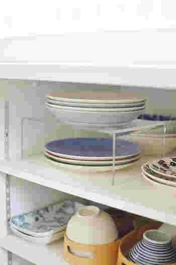 アクリル仕切り棚は食器の収納に。仕切り棚なしだと下にあるお皿を出すときちょっと不便ですが、間に仕切りを入れることでスムーズに取り出せますね。