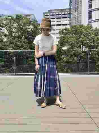 紺色のチェックスカートをメインに、麦わら帽子とベージュのサンダルでさわやかなコーデに。 ショートヘアは髪の毛が邪魔しないので、帽子を取り入れやすいです。夏は特に麦わら帽子がかわいいですよ。
