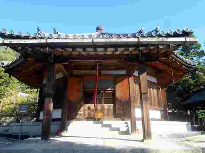 西院伽藍の北西に広がる小高い丘には、鎌倉時代に建立された西円堂があります。八角形の円堂には、薬師如来坐像が安置されており、西円堂は国宝に指定されています。