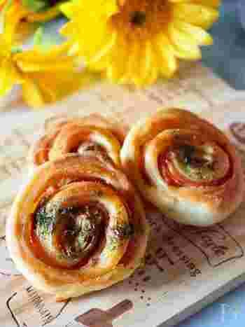 ハムとバジル入りのお食事系パン。イーストを使わずベーキングパウダーで膨らませます。少量のサラダ油を加えるのがしっとり仕上げるポイント。