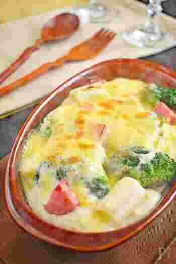 ■白だし×ピザ用チーズ  こんなに豪華に見えるのに、なんと3ステップで完成する簡単和風グラタンレシピです。しかも、なんと味付けは白だしのみ!  バターと小麦粉、牛乳で作ったホワイトソースに白だしを加えています。和風のホワイトソースは汎用性が高いので、覚えておくと便利に使えますよ。  たっぷりのピザ用チーズが贅沢な気分にさせてくれますね。