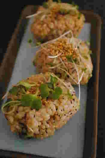 発芽玄米は、玄米をほんの少し発芽させたもの。発芽するときに、眠っていた酵素が活性化し、栄養価もうまみもぐんとアップするといわれます。また、柔らかく食べやすくなり、白米と同様に炊けるのも特徴です。市販品も便利ですが、おうちで発芽させることもできるようです。