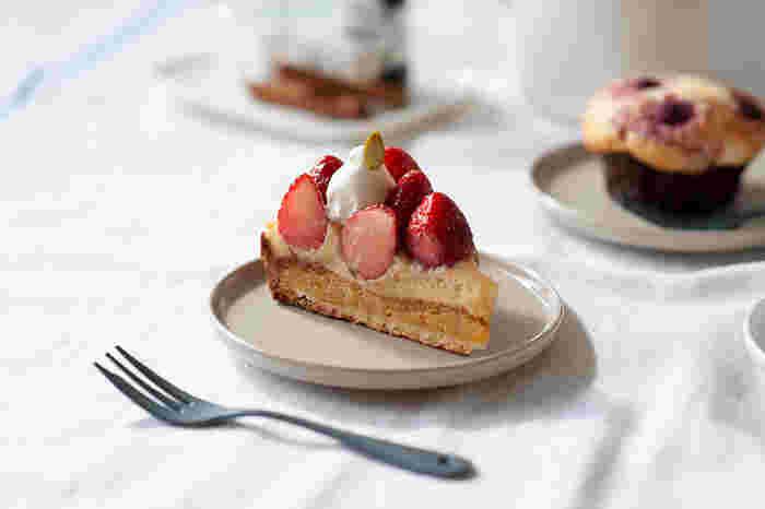 シンプルな丸いお皿はちょっぴり立ち上がった縁がアクセントになっています。ケーキを盛り付ければ、ほらぴったり。優しい色合いがナチュラルなインテリアとも良く似合いそう。