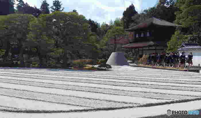 美しい波紋を表現した銀沙灘(ぎんしゃだん)と白砂の砂盛りの向月台(こうげつだい)も銀閣寺の見所の1つです。