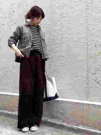 ワイドパンツにはショート丈のジャケットがぴったり。万人に好かれる愛されコーデです。