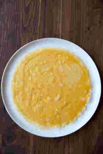 オムライスやひな祭りの茶巾寿司などに活躍するのが薄焼き卵です。繊細な作業になるので破れてしまったり、穴が開いてしまうことも…。上手に作るには何に気をつければよいのでしょうか。片栗粉を少し入れることやオムライスを作るならテフロン加工のフライパンを使うのがおすすめですよ。茶巾寿司などの場合は、クッキングシートを挟むことでコツ無しで上手に薄焼き卵を作ることが出来ます。一度試してみてくださいね。