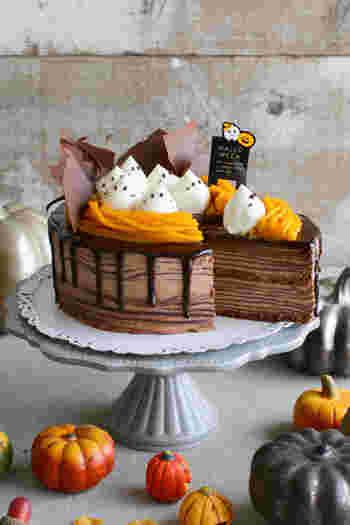 したたるチョコレートがハロウィン気分を盛り上げるミルクレープ。上に、モンブラン口金で絞ったかぼちゃクリームをのせ、最後に生クリームなどで作る真っ白なクリームにチョコペンでおばけの顔を描けば、豪華なハロウィンケーキの完成です。見た目もキュートなだけでなく、それぞれの味の相性もバッチリで、あっという間になくなってしまいそう。