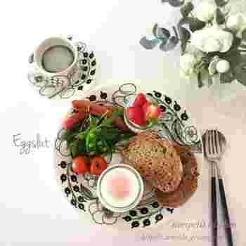 時間の無い朝には、冷蔵庫にある有り合わせのお野菜やフルーツをのせるだけでも、お洒落な一皿に。 エッグスラットは、器の底部分のマッシュポテト&チーズと半熟卵をからめて頂きます。スライスしたパンにのせながら食べても美味しそう…。プレートに存在感があるので、シンプルな素材を盛り付けるだけで、サマになりますね!