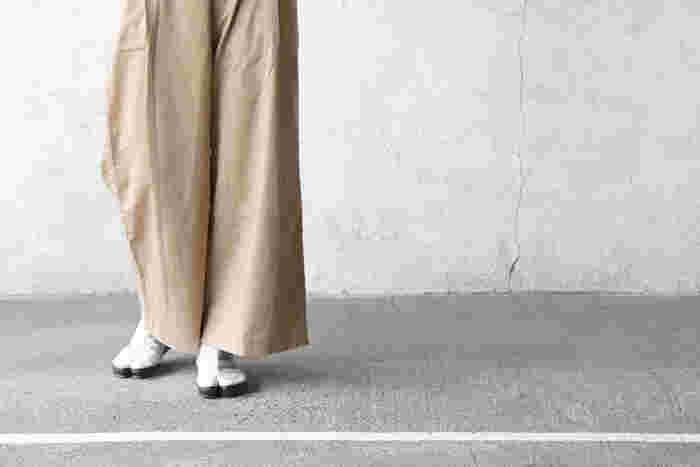 ソールがしなやかで柔らかく、美しいシルエットを保てるといった魅力のあるJIKATABI(地下足袋)。熟練の手仕事で生み出される、美しく精巧な作りのシューズです。すっきりとしたモノトーンカラーで、モードな印象を与えます。