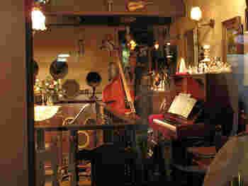 オーディオマニアのオーナーが音響に徹底的にこだわりぬいています。2メートル以上ある巨大なアンプを納めるために一段低くなった小さなホールや、DJブースの様なスペースでは店員さんがレコードでクラシック音楽を流しています。 深煎りのコーヒーとチーズケーキをお供に、音楽を楽しめる喫茶店です。