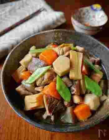 具材たっぷりの筑前煮。干し椎茸の出汁が染みて、旨味が詰まっています。鶏肉と野菜を炒めた後、出汁と調味料を加えて煮込めば完成!たくさん作って保存することもできます。