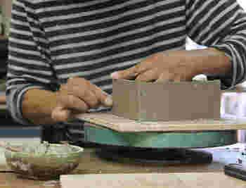 三重県の伊賀の陶土を使って造られた蚊遣りは、一つ一つ丁寧に成形したのち、石灰釉をかけて焼き上げています。