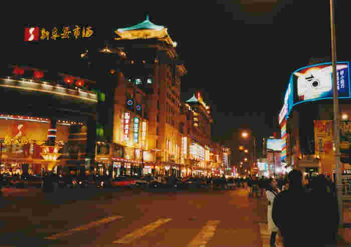 「北京の銀座」とも呼ばれる王府井(ワンフージン)。王府井大街では、大きなデパートやブランドのショップに押され気味ながらも、中国の老舗ブランドストア(中国老字号)やおみやげ屋さんが軒を連ねています。中国らしいお土産を探すなら、ここで買うのがおすすめです。