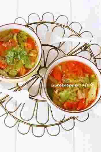 トマト×レタスの組み合わせレシピ。味付けの基本はコンソメ。水にコンソメをいれて沸騰したらレタスとトマトを入れ、1~2分ほど。煮過ぎないことが美味しくするコツです。お好みのやわらかさになったら火をとめ、オリーブオイルを。風味が増して美味しさもアップ。