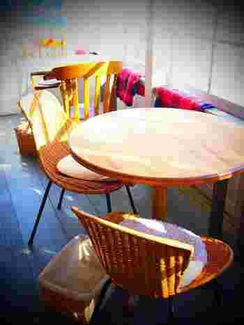 木漏れ日が差し込む窓際の席も気持ちが良いですね。テーブルや小物など一つひとつにセンスを感じます。