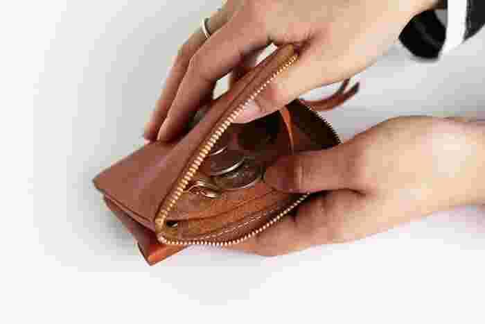 小銭も十分入ります。普段はカード払いだけど、現金のみのお店や自販機などでは小銭も使う、という人にぴったりです。