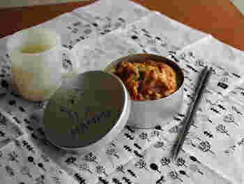 一段の丸いお弁当箱は、丼ものや麺類を入れるのに便利。内蓋と仕切りもついています。アルミ製だから軽いのも特徴。