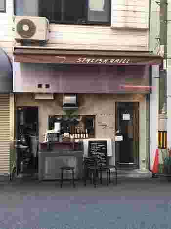 ランチタイムは行列必至の人気店「スタイリッシュグリル Tyu(テュ)」。カウンターで食べられるのでひとりでも気軽に訪れられます。