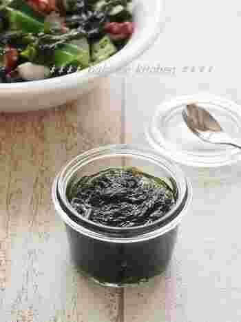 乾燥アオサを戻してポン酢とごま油で作る「あおさドレッシング」は、和風サラダや冷奴にぴったりのドレッシングです。タコときゅうりの和え物としても使えそう!