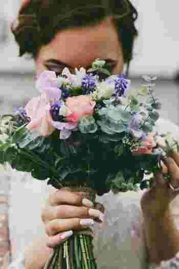 花は生きているので、もらったままの姿を残すことはできません。でも、贈ってくれた人の想いは残したいものですよね。生花の香りを長く楽しむも良し、自分のライフスタイルに合うようにアレンジしてカタチに残すも良し。花を通して人の想いを感じたり、言葉にできない思いを読み取る、そんなことができたら素敵だと思いませんか?