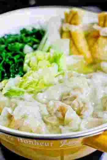 生姜やニンニクを入れたスープで、体の中からぽっかぽかに。ワンタンの中の具を色々変えてもいいですね。