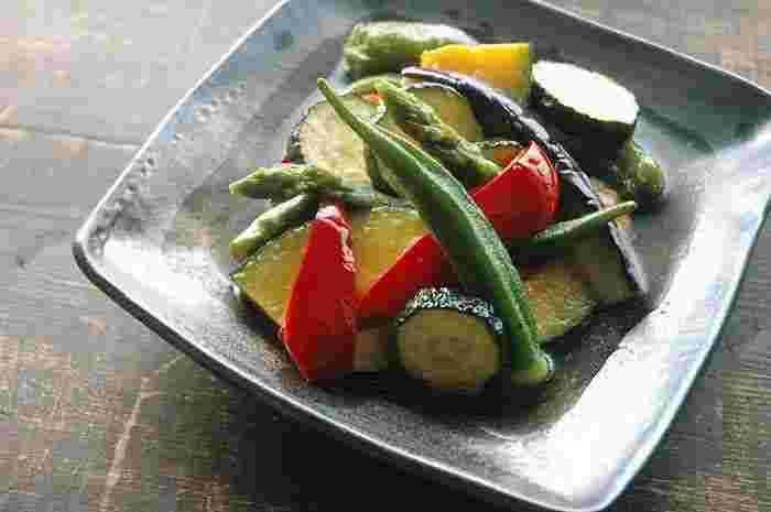 夏に食べたいレシピですが…揚げた野菜を、つゆに漬けるだけの簡単レシピ「揚げびたし」。作った翌日には、また味がしみてさらに旨味がアップ。食欲が無いときやお酒のおつまみにもおすすめです。