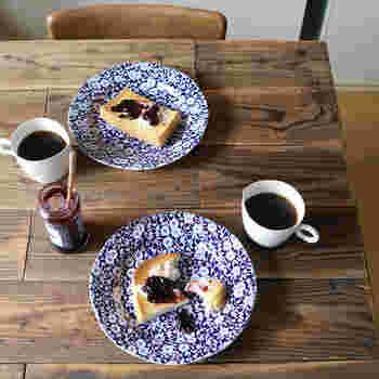 ロマンチックなブルーの花柄が印象的な「ブルーキャリコプレート」。イギリスのバーレイ社の食器です。テーブルの上にあるだけで食卓が華やかになりますね。