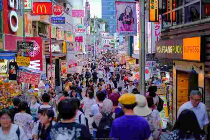 原宿駅から明治通りに向かって続く「竹下通り」は、時代ごとに流行を生み出し続けるトレンドの発信地。原宿で話題になるカワイイものやスイーツなどは、海外から訪れる観光客からも熱い注目を浴びています。