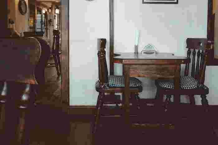 お部屋の雰囲気を決めるメインカラーですが、落ち着いたダークブラウンで纏めるのがおすすめ。そして、風合い豊かな⽊の持ち味を⽣かした空間は、大人っぽさを演出できます。  そこで、テーブル・椅子などの家具を、ダークブラウンの木製で統一してみてはいかがでしょう。  もしあなたのお部屋が、ダークブラウンの木の床ならば、さらに完成度の高い喫茶店風の空間に仕上げられるはず* そして引越し予定の方は、お部屋選びの時に要チェックです。