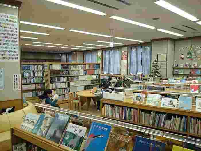 100年以上、多くの方に親しまれている図書館。ビジターの方も気軽に立ち寄れるので、庭園散策のあとに立ち寄ってみてはいかがでしょうか?深川図書館のあゆみを記した本や古地図などもあり、歴史を学ぶこともできます。