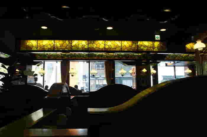 レトロな喫茶店には、空間のアクセントとしてステンドグラスを使用しているお店がしばしば見受けられます。