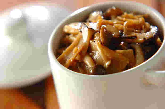 調味料としても使える、ちょっと濃いめの味付けのキノコの常備菜。和洋どちらの料理にも使えます。キノコもぜひ取り入れたい食材ですから、こうした常備菜があると理想的な副菜&副々菜になります。【冷蔵保存:2週間】