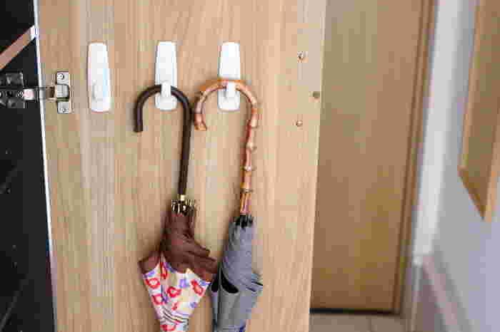傘の収納場所でお困りの方は、下駄箱の扉裏を有効活用してみませんか?こんな風に扉裏にフックを取り付けるだけで、簡単に収納スペースを作ることができますよ。下駄箱の扉裏を活用することで、省スペースでスッキリと収納できます。