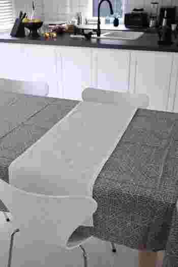 ブリッジランナーは小さめのテーブルでもテーブルランナーを活用できるおすすめの使い方です。二人掛けのテーブルで、ランチョンマット代わりにしてみるのも◎。