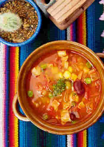 大きさを揃えてカットしたお野菜がたっぷりと入ったトマトベースのスープです。唐辛子にクミンやオレガノなどがアレンジされたチリパウダーをしっかり炒めることで、香り高いスープが出来上がります。