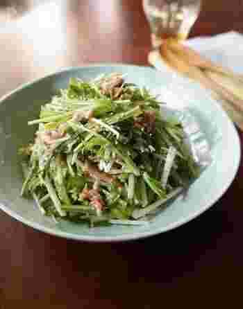 フレッシュなシソをたくさん食べることができる、水菜とツナの梅しそサラダ。さっぱりとしたサラダなので、お肉の付け合わせにも◎