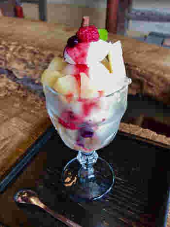 岡山産の桃は、果肉が柔らかで香り高く、ジューシー。画像は、「三宅商店」の白桃をたっぷりと使ったパフェ。  香り高い果物をたっぷり使ったスイーツは極上の味。風情ある店で頂けば、より美味しく感じるはずです。「倉敷美観地区」を訪れるのなら、ランチやスイーツを頂きながら、ぜひ町に流れる情緒豊かな風や町の雰囲気も味わって下さい。