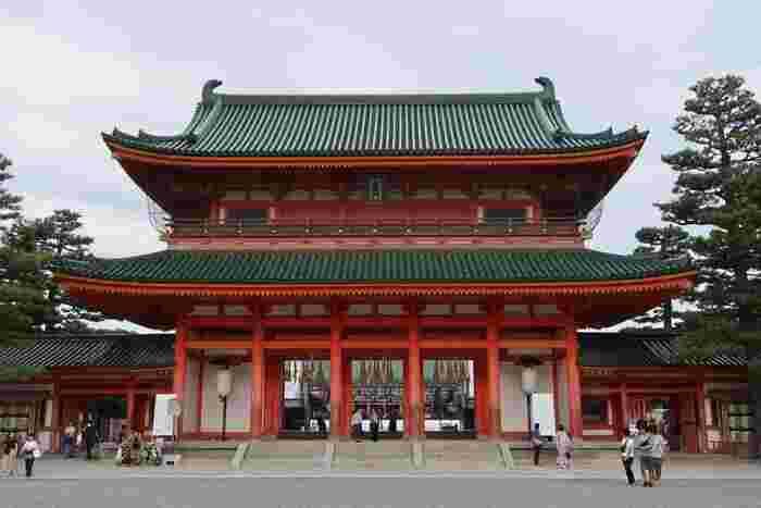 1895年に平安遷都1100年を記念して創建された平安神宮では数ある京都の神社の中でも、結婚式を挙げるカップルが多いことで有名な神社です。ここを訪れるとき、縁起のいい日に参拝すると結婚式を挙げている幸せそうなカップルを見かけることができることもあります。多くの夫婦を結ばせたご利益にあやかるため、平安神宮で良縁祈願の参拝をしてみてはいかがでしょうか。