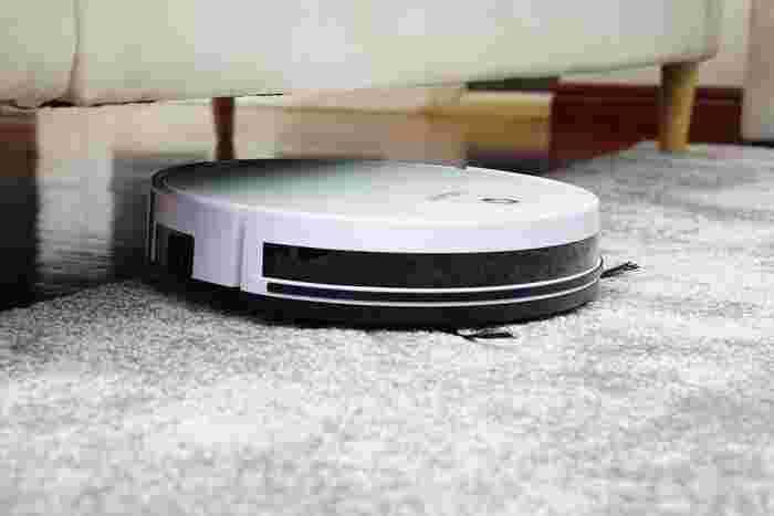 低い脚付きのベッドやソファがあるなら、ロボット掃除機本体の高さをチェックしてください。一般的なロボット掃除機は10cmくらいですが、家具によっては下に入り込めないことも。ボディが薄いタイプを選びましょう。