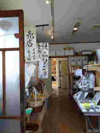 蜜ろうや紅茶、陶器などいろいろなものが置かれたコーナーも。筆書きのれんも味があり、お店の雰囲気に良く合っていますね。